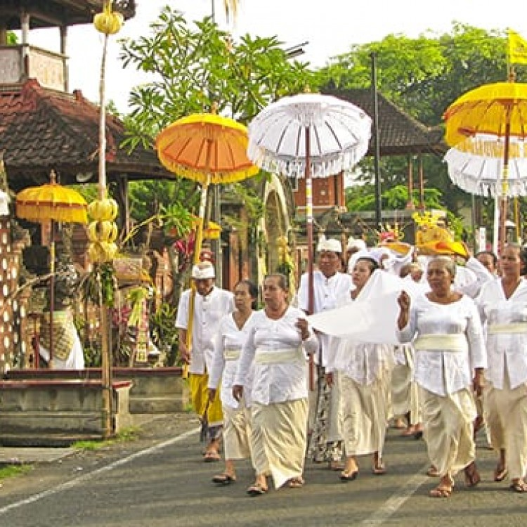 Chase | Bali -  A 6770 Walking to temple
